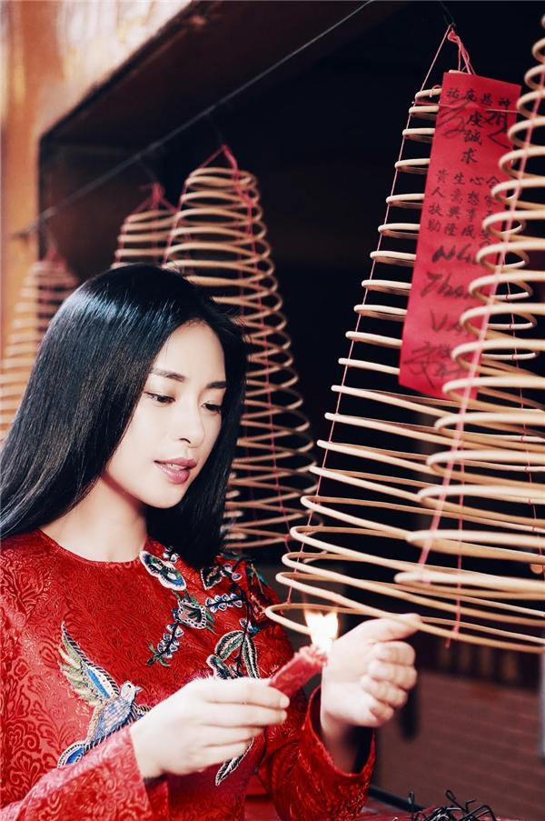 Và cũng vì thế, Ngô Thanh Vân đã chọn cho mình hình ảnh của chiếc áo dài truyền thống chấm phá nét đương đại trong khung cảnh khói mờ nhân ảnh đầy ma mị. - Tin sao Viet - Tin tuc sao Viet - Scandal sao Viet - Tin tuc cua Sao - Tin cua Sao