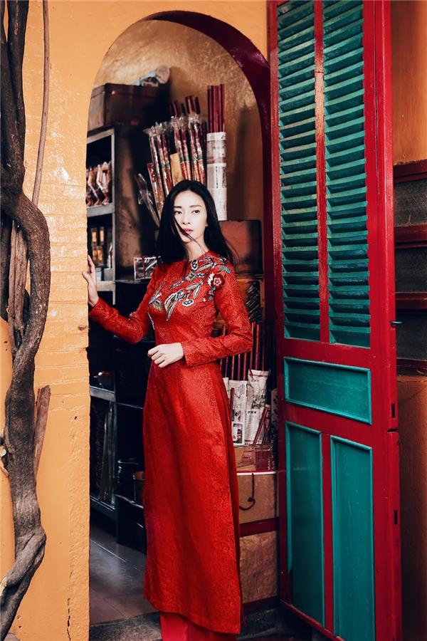Trong những ngày cuối năm xa nhà, Ngô Thanh Vân liên tục chia sẻ những dòng tâm sự thương nhớ và tiếc nuối trên trang cá nhân. Tuy nhiên, cô cũng kịp ghi lại những khoảnh khắc ngày Tết thông qua bộ ảnh do Kim Bánh Trôi Nước thực hiện trong quốc phục người phụ nữ Việt – một thiết kế của Tùng Vũ. - Tin sao Viet - Tin tuc sao Viet - Scandal sao Viet - Tin tuc cua Sao - Tin cua Sao