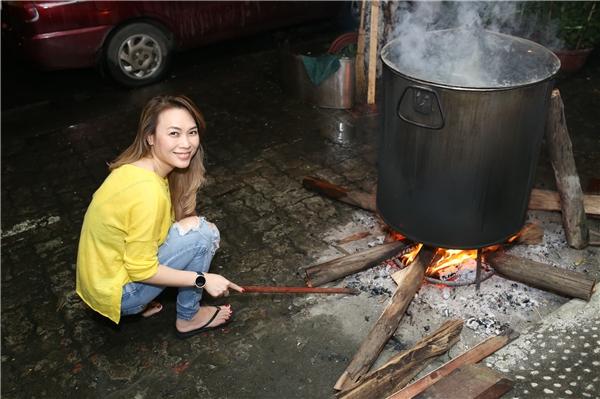 Dù thời tiết Đà Nẵng khá lạnh kèm mưa lớn, cô đã thức suốt đêm để đợi bánh chín. - Tin sao Viet - Tin tuc sao Viet - Scandal sao Viet - Tin tuc cua Sao - Tin cua Sao
