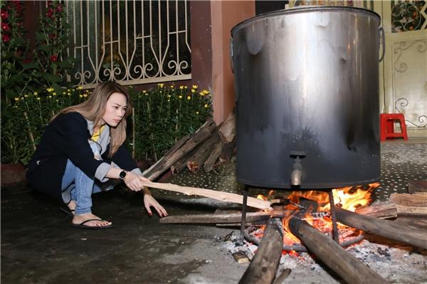 """Mỹ Tâm cùng bố mẹ thức đêm nấu bánh tét trước giờ tung """"siêu phẩm"""" - Tin sao Viet - Tin tuc sao Viet - Scandal sao Viet - Tin tuc cua Sao - Tin cua Sao"""