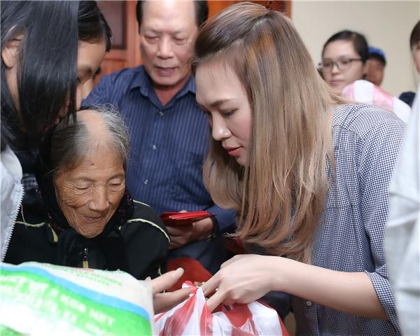 Sau đó, phần phát quà diễn ra nhanh chóng với sự hỗ trợ của hơn 30 tình nguyện viên. - Tin sao Viet - Tin tuc sao Viet - Scandal sao Viet - Tin tuc cua Sao - Tin cua Sao
