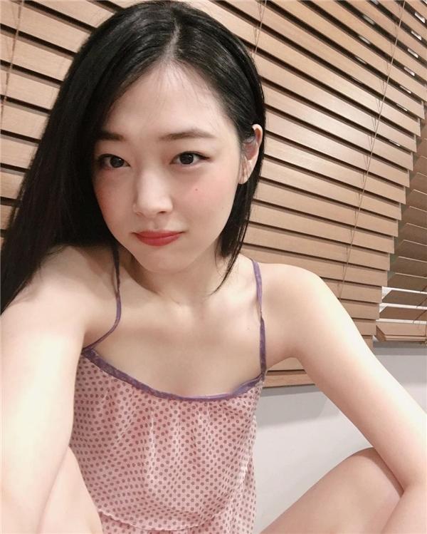 Loạt ảnh selfie của Sulli quả thật đã chứng minh được nhan sắc nữ thần đẹp không tì vết của mình. Tuy nhiên cô nàngcó vẻ đã quên thay trang phục trước khi chụp ảnh thì phải.