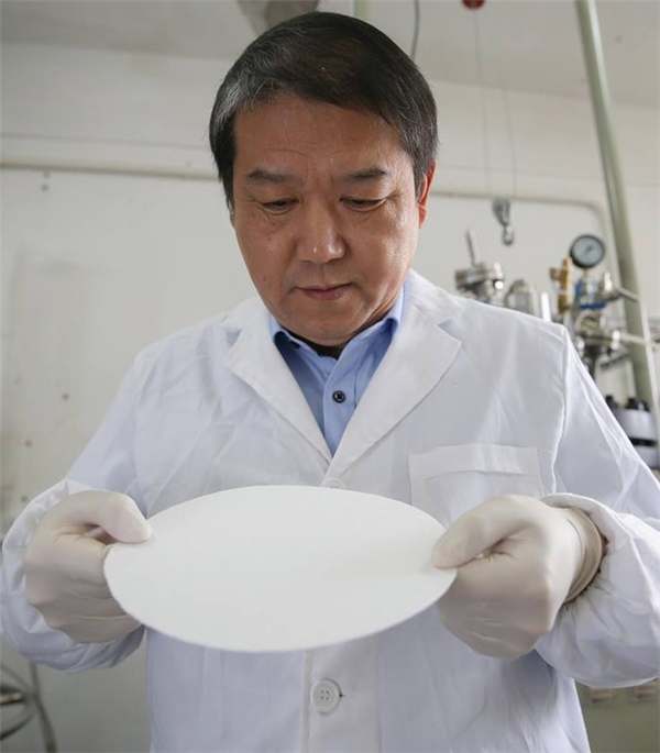 Giáo sư Zhu Yingjie và loại giấy chống nước, chống lửa đầu tiên trên thế giới.