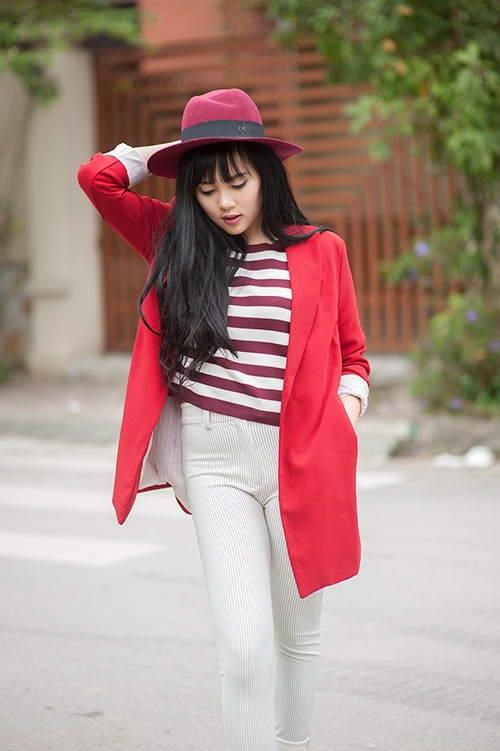 Tuy nhiên, không như các tông màu trung tính, trang phục màu đỏ dù bắt mắt nhưng lại thường khó mặc và khó kết hợp khiến các nàng lúng túng trong cách phối đồ.