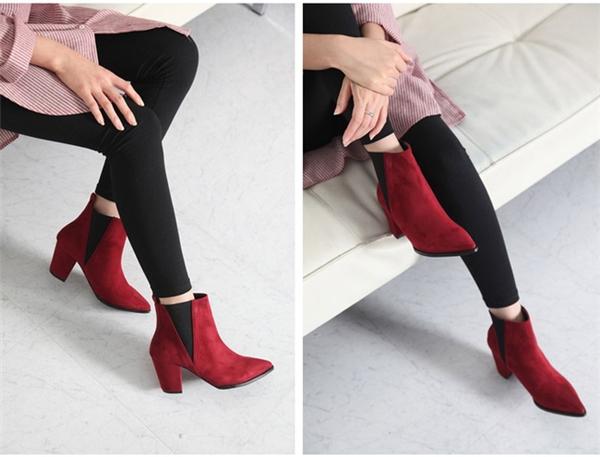 Các nàng hãy sử dụng sắc đỏ một cách tiết chế nhé, kết hợp thêm các phụ kiện hoặc trang phục tối màu khác để làm hài hòa sắc đỏ tươi tắn nổi bật.