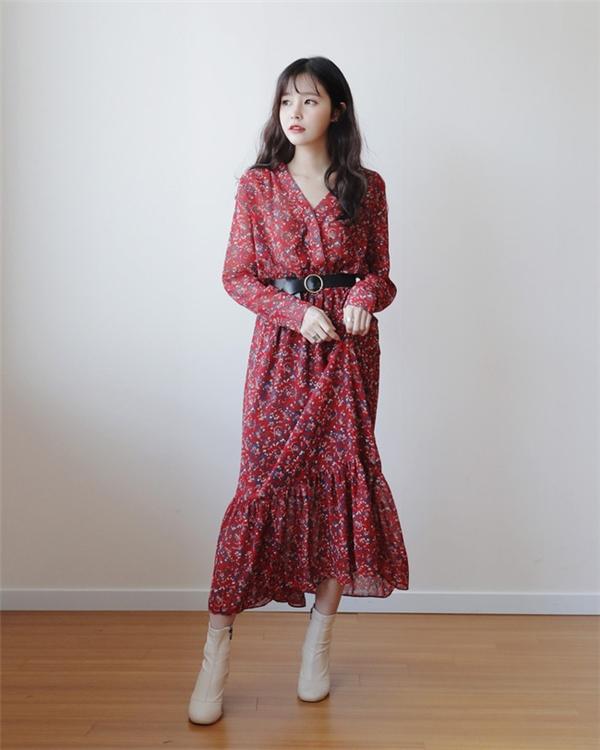 Ngoài ra, các nàng cũng có thể lựa chọn tông màu đỏ trầm không quá sáng, hoặc chỉ lựa chọn các phụ kiện sắc đỏ điểm xuyết cho bộ trang phục ngày xuân.