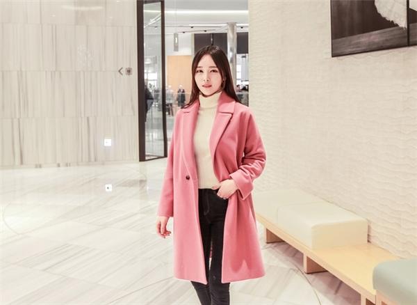 Màu hồng sẽ là sự lựa chọn của những quý cô ưa thích vẻ đẹp tự nhiên, nữ tính, tông hồng thạch anh không quá khó mặc và khó tìm, lại dễ kết hợp đồ.