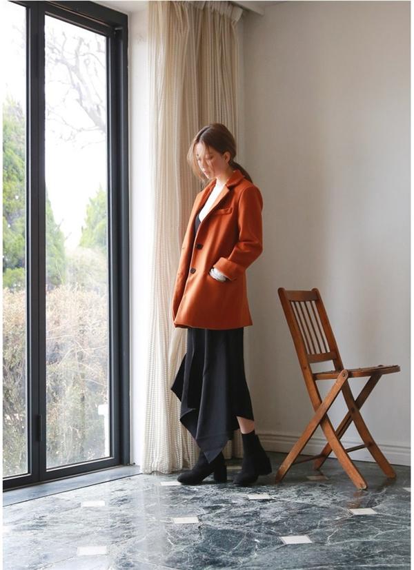 """Chỉ cần sắm thêm một chiếc áo len hoặc chân váy màu cam và kết hợp cùng các item trung tính có sẵn như áo sơ mi trắng, quần bò, váy đen là bạn đã có một bộ """"cánh"""" dạo phố nữ tính, đầy chất xuân."""
