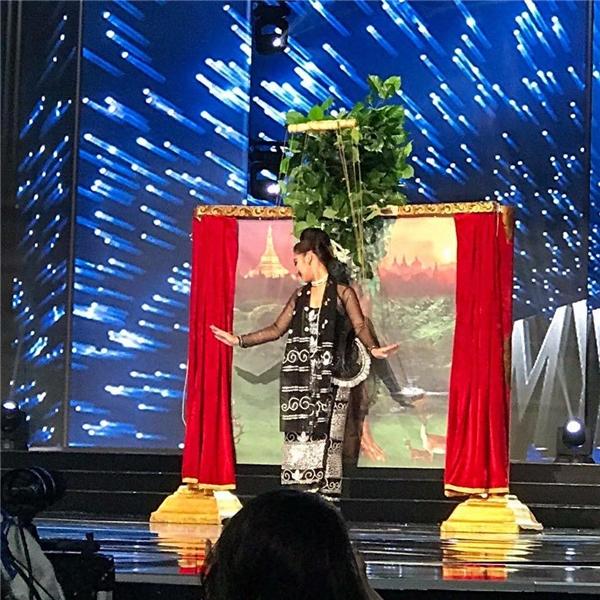 Khán giả hò hét với phần trình diễn trang phục dân tộc của Lệ Hằng