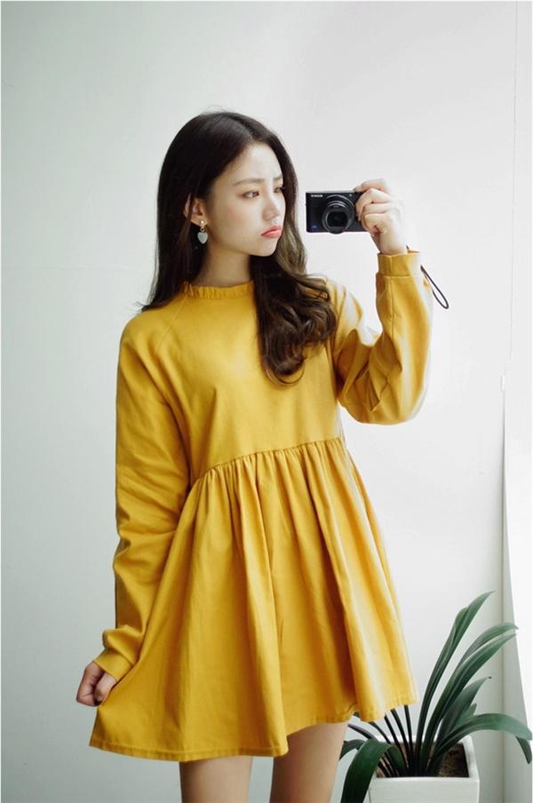Trang phục sắc vàng cũng rất hợp với kiểu make-up tông đỏ nổi bật cho những ngày đầu năm mới.
