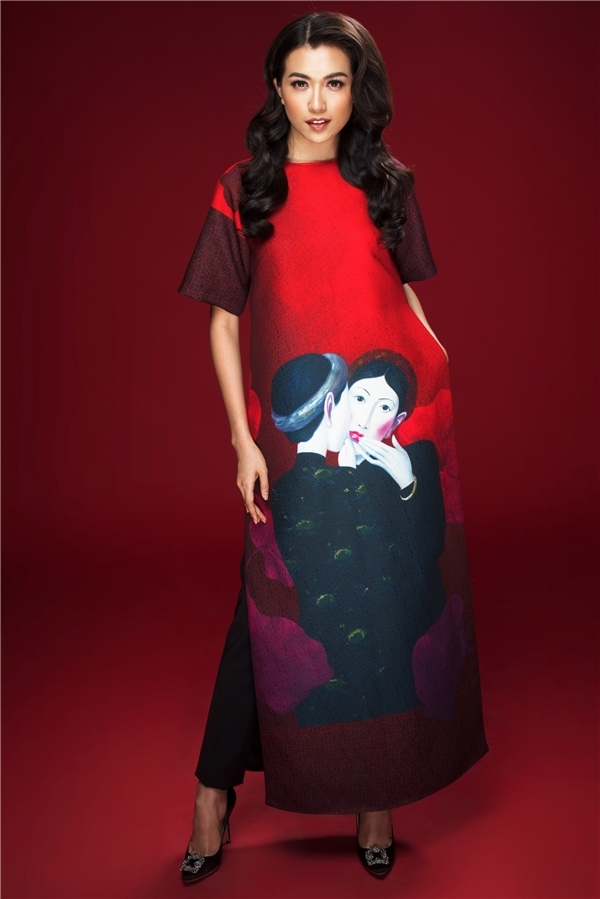 Nhã Phương, Tú Anh và Lệ Hằng cùng tạo ấn tượng mạnh với áo dài được khắc họa tranh sơn dầu, họa tiết to bản ở phần chân tà áo. 3 giai nhân đều mang đến những màu sắc cá nhân riêng biệt, cuốn hút dù diện cùng một trang phục.