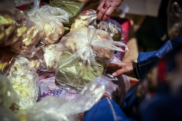 500 chiếc bánh chưng, rất nhiều quần áo và nhu yếu phẩm được nhóm tình nguyện mang đến đây từ sớm.