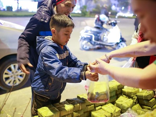 Những chiếc bánh chưng do chính tay nhóm bạn trẻ tự gói, những phần còn lại các bạn kêu gọi sự giúp đỡ của các nhà hảo tâm.