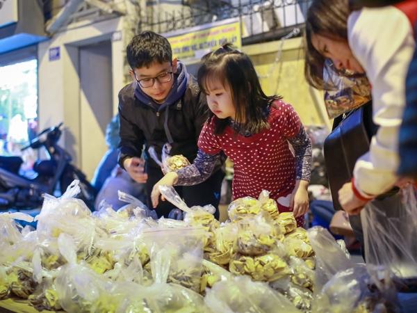 Ấm lòng quầy bánh chưng miễn phí cho người nghèoở Hà Nội