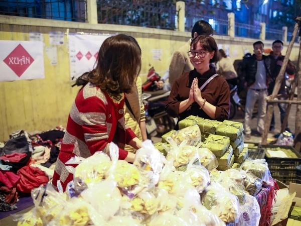 Tối 25/1 (tức 28 tháng Chạp) trên đường Nguyễn Chí Thanh xuất hiện một nhóm bạn trẻ mang rất nhiều quần áo, nhu yếu phẩm để phân phát miễn phí cho những người lao động nghèo không có điều kiện về quê ăn Tết.