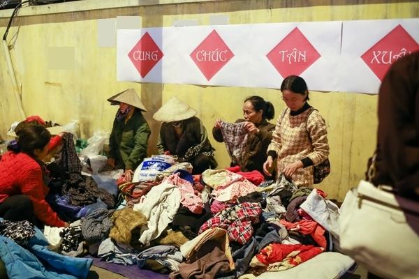 Hàng trăm bộ quần áo miễn phí đã giúp cho những người gặp hoàn cảnh khó khăn có đủ quần áo để chống chọi vớingày giá rét.