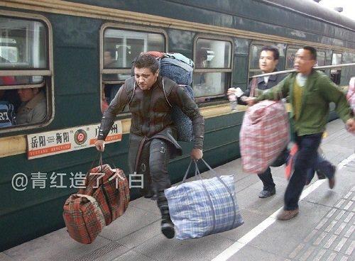 """Có lờikhen cho tinh thần """"vừa chạy tàu vừa giúp người"""" của nam thanh niên Hawkeye."""