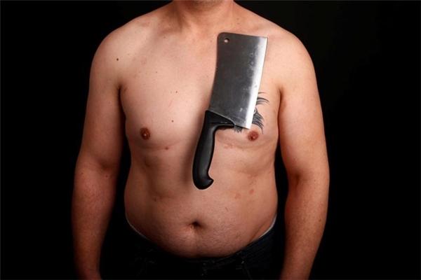 Nermin Halilagic với khả năng hút chặt đồ kim loại vào người.