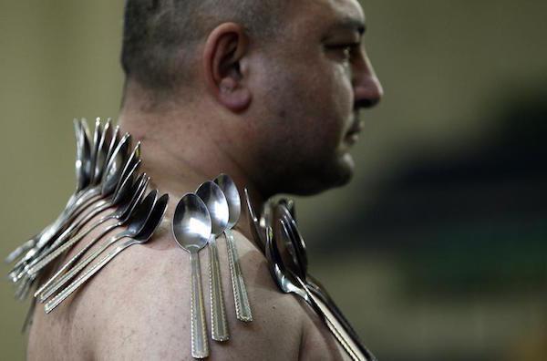 Eibar Elchyev xác lập kỉ lục thế giới với 53 chiếc thìa dính chặt trên lưng và ngực.