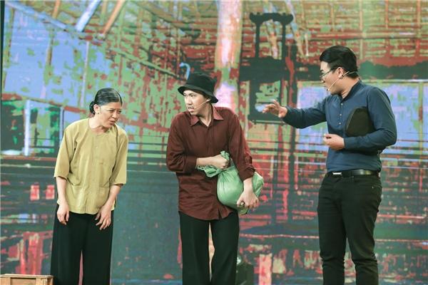 Tiểu phẩm Tốt xấu giả thậtđược dàn dựng trên sân khấu này để mang tới cho khán giả một món ăn tinh thần hài hước trong khoảnh khắc cận kề năm mới. - Tin sao Viet - Tin tuc sao Viet - Scandal sao Viet - Tin tuc cua Sao - Tin cua Sao