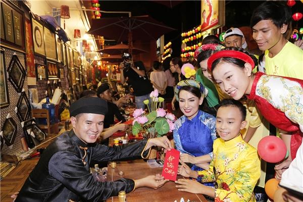 Phi Nhung háo hức dẫn các con nuôi dạo phố ông đồ trước thềm năm mới - Tin sao Viet - Tin tuc sao Viet - Scandal sao Viet - Tin tuc cua Sao - Tin cua Sao