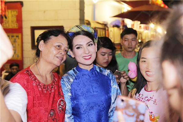 Ngay khi vừa xuất hiện tại phố ông đồ, nhiều khán giả đã nhận ra gia đình đáng yêu của Phi Nhung và xin chụp ảnh chung, trong đó có không ítkhán giả lớn tuổi. - Tin sao Viet - Tin tuc sao Viet - Scandal sao Viet - Tin tuc cua Sao - Tin cua Sao