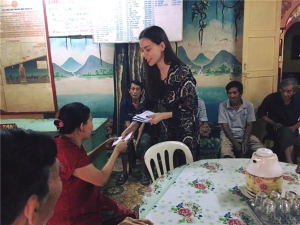 Hồ Ngọc Hà giản dị, đi trao quà Tết cho những nghê sĩ neo đ - Tin sao Viet - Tin tuc sao Viet - Scandal sao Viet - Tin tuc cua Sao - Tin cua Sao