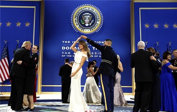 Trong khi đó, Hạ sĩ nhìCatherine Cartmell của lực lượng hải quân được khiêu vũ cùng tân Tổng thống Donald Trump.