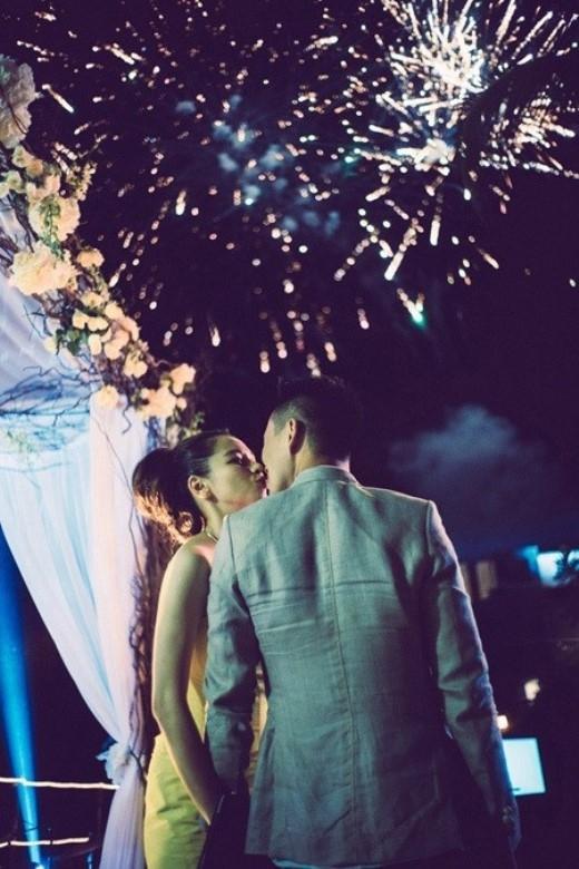 Đừng ngại trao nhau một nụ hôn trong đêm giao thừa cho tình yêu luôn bền chặt.
