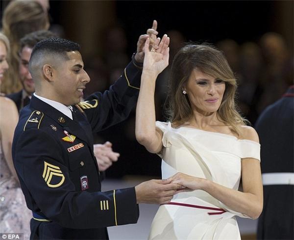 Phu nhân Trump không quên mỉm cười và hướng về đám đông.