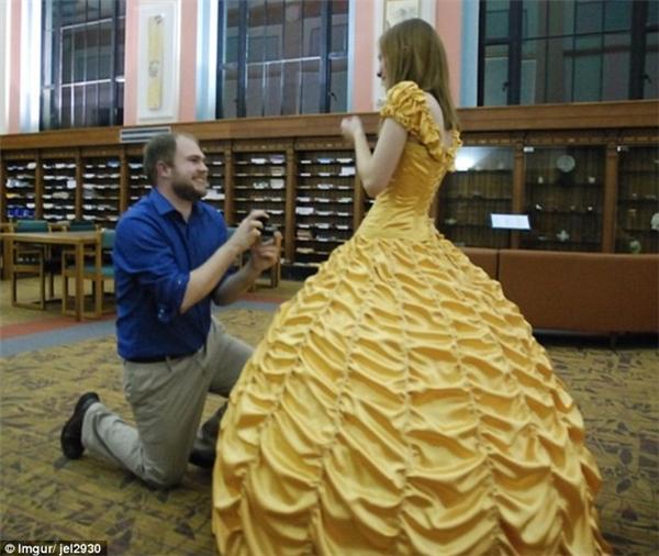 Bấn loạn với chàng trai tự may váy cổ tích để cầu hôn người yêu