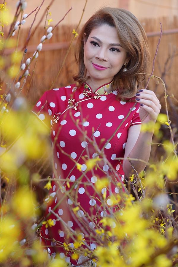 Nữ ca sĩ cho biết ở các khu chợcủa người Việt đều bày bán đầy đủ bánh chưng, bánh tét, đủ loại trái cây ngũ quả, hoa lay-ơn, hoa cúc, hoa mai, hoa đào. - Tin sao Viet - Tin tuc sao Viet - Scandal sao Viet - Tin tuc cua Sao - Tin cua Sao