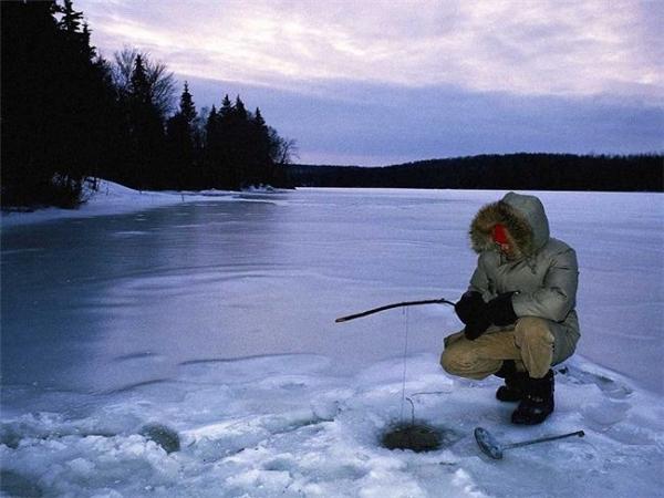 iPhone 7 Plus đã bị rớt xuống lỗ câu cá trên dòng sông băng ở Nga.
