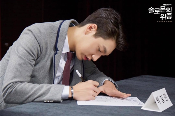 Dân mạng phát sốt với nam diễn viên giống Lee Min Ho đến từng xentimet