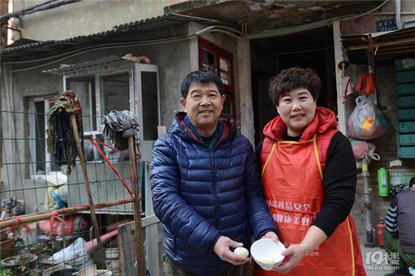 """Bà Tao (áo đỏ) cùng chồng vui mừng bên quả trứng """"lộc""""."""