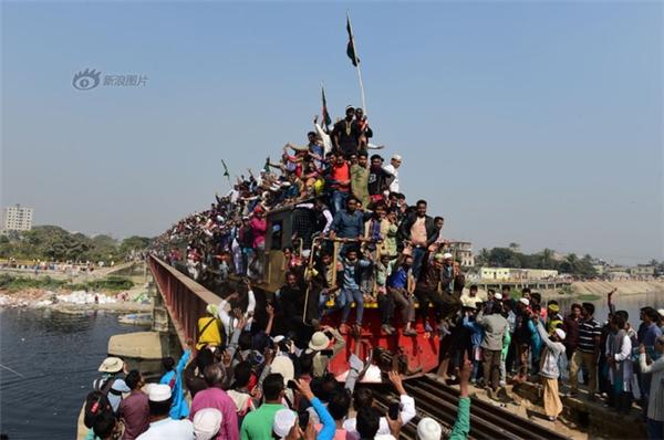 Không khí ngột ngạt trên những chuyến tàu ở Bangladesh.