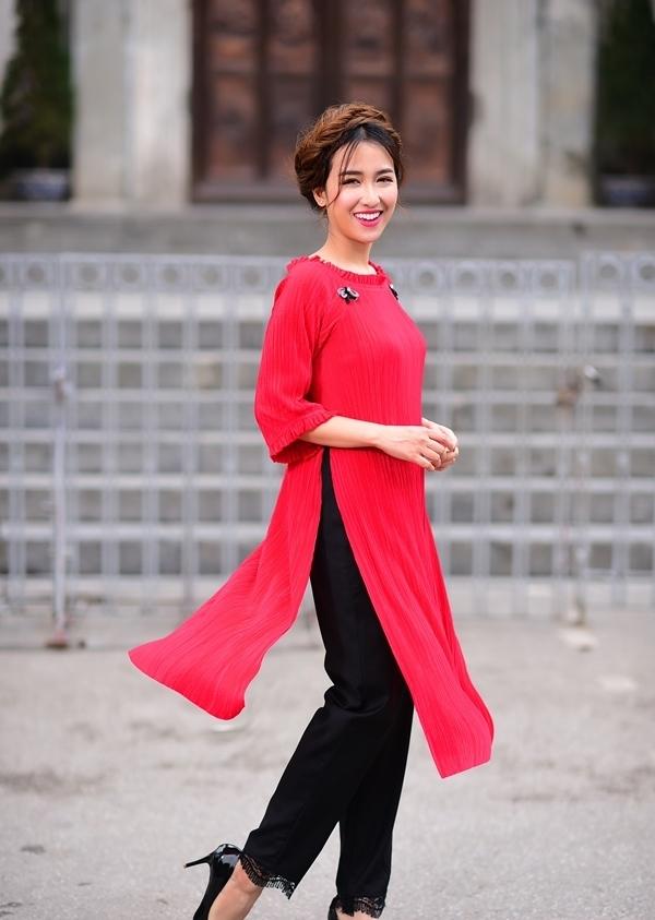 Hình ảnh lạ lẫm của Trang Moon trong tà áo dài thướt tha, khác hẳn với style năng động hàng ngày ngay lập tức khiến người hâm mộ hết sức thích thú.