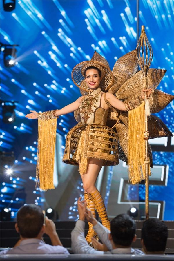 Khi vừa xuất hiện trên sân khấu, đại diện Việt Nam - Á hậu Lệ Hằng đã được khán giả hò hét nhiệt liệt với mẫu thiết kế mang tên Nàng Mây tái hiện cuộc sống miền sông nước cũng như nghệ thuật đan lát, mây tre truyền thống.