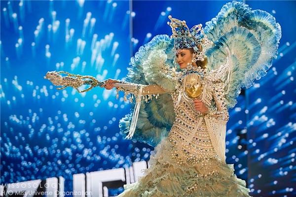 Trước Việt Nam, Hoa hậu Venezuela Mariam Habach cũng khiến khán giả choáng ngợp với mẫu váy phồng xòe, đính kết nhiều chi tiết lấy cảm hứng từ biển cả.