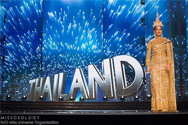 Danh sách này đương nhiên không thể vắng mặt đại diện Thái Lan Chalita với bộ trang phục dát vàng, đính 300.000 viên kim cương.