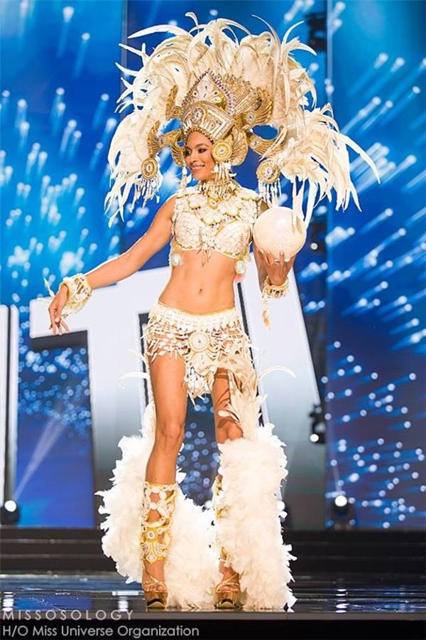 Hoa hậu Haiti gợi cảm với thiết kế lấy sắc trắng làm chủ đạo, vô cùng gợi cảm.