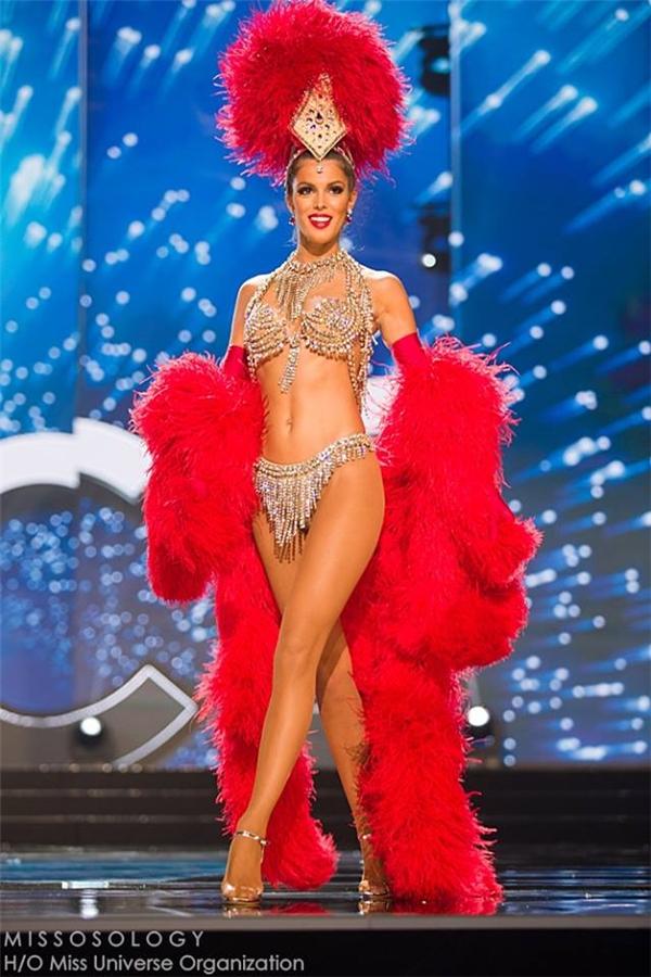 Hoa hậu Pháp cũng không hề kém cạnh với chất liệu lông màu đỏ rực phối cùng bikini ánh kim bắt mắt.