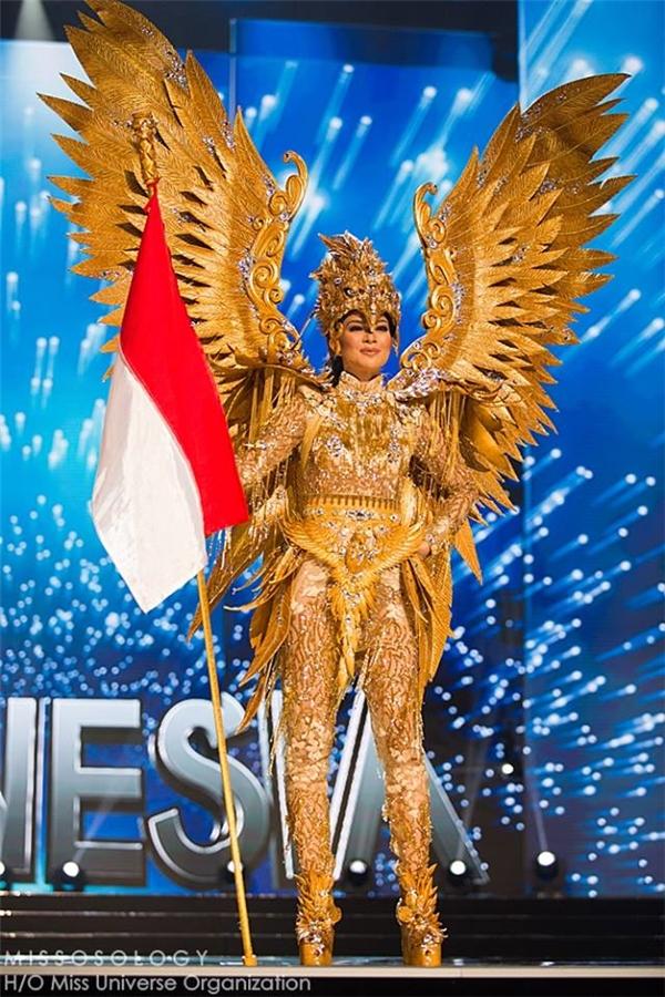 Hoa hậu Indonesia bắt mắt với mẫu thiết kế màu vàng ánh kim đính kết từ nhiều chi tiết nhỏ.