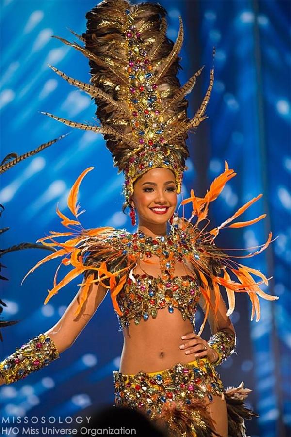 Đại diện Jamaica với bộ cánh gợi cảm, làm khán giả liên tưởng đến những bộ tộc du mục.