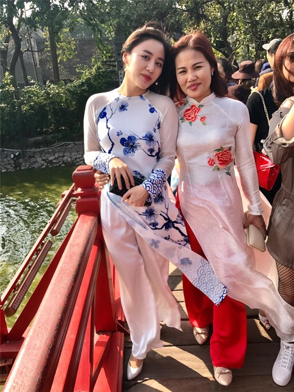 Văn Mai Hương cùng mẹ diện áo dài đi chùa đầu năm mới. - Tin sao Viet - Tin tuc sao Viet - Scandal sao Viet - Tin tuc cua Sao - Tin cua Sao