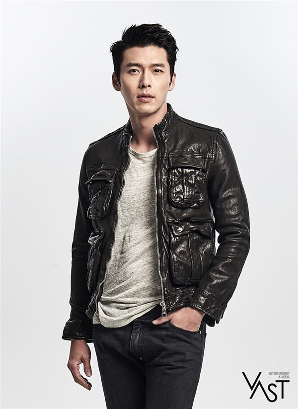 Từ vai diễn đầu tiên, Hyun Bin đã được đánh giá là mĩ nam tiềm năng của làng phim xứ Hàn. Thời gian trôi qua, không chỉ trưởng thành về diễn xuất mà vẻ ngoài ngày càng điển trai của anh cũng chinh phục không ít fan nữ. Mới đây nhất, Hyun Bin trở lại trong phim điện ảnh Confidential Assignment và chinh phục khán giả với hình tượng nam tính, gai góc.