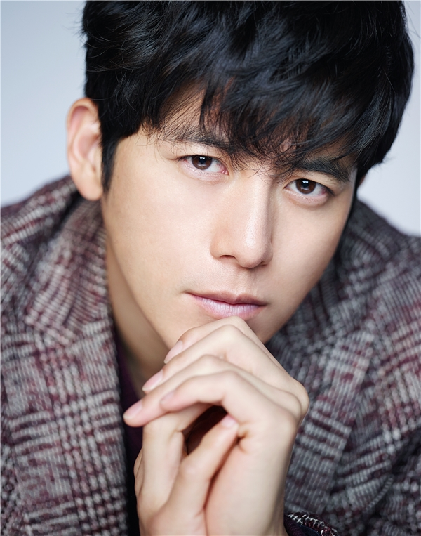 """Go Soo được đánh giá là một trong những gương mặt nổi trội, tài sắc vẹn toàn của nền điện ảnh xứ Hàn. Nhan sắc của anh khiến không ít khán giả nữ phải xiêu lòng. Khi nam diễn viên công bố tin đám cưới, nhiều fan nữ đã phải khóc thầm tiếc nuối bởi anh đã là """"chồng người ta""""."""