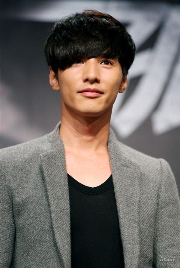 """Có thể nói Won Bin là một trong những trường hợp diễn viên """"nổi lâu"""" nhất làng phim xứ Hàn khi gia tài phim ảnh của anh chỉ đếm trên đầu ngón tay. Dù """"mất hút"""" trên màn ảnh từ lâu nhưng anh vẫn được mọi người mến mộ, thậm chí phong làm """"thánh"""". Cùng với Go Soo, Won Bin được bình chọn là nam diễn viên sở hữu nhan sắc thế kỉ."""