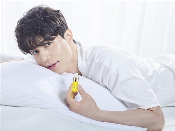 """Ở tuổi 36, Lee Dong Wook """"đốn tim"""" phái nữ bằng nét điển trai, nam tính được pha trộn với làn da mịn màng và đôi môi căng mọng hơn cả con gái. Đây chính là điểm cuốn hút của nam tài tử này."""