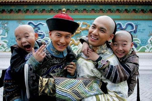 Giây phút khi phiên bản nhí và phiên bản trưởng thành của Tiểu Bảo - Khang Hy gặp nhau trên phim trường Lộc Đỉnh Ký.